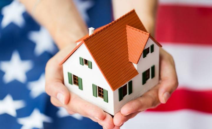 房屋抵押贷款在抵押贷款中比较常见,可贷款额度较大,那么房屋抵押贷款能贷多少呢?下面融联伟业小编来为大家详细介绍。  房屋抵押贷款能贷多少 房屋抵押贷款能贷多少? 1、房子抵押贷款能贷款多少与很多因素有关 如房龄、借款人年龄、房产的流性、变现性等,归结起来,这些都会影响到房产的评估值和贷款成数,房产的评估值和贷款越高,所能贷到的款项就越多。房产的评估值和贷款成数都会影响到房屋的贷款额度。 房屋抵押贷款额度计算公式:贷款额度=房产评估值贷款成数。 2、房产房龄是银行发放贷款的一项审核标准 一般情况下,房龄越长